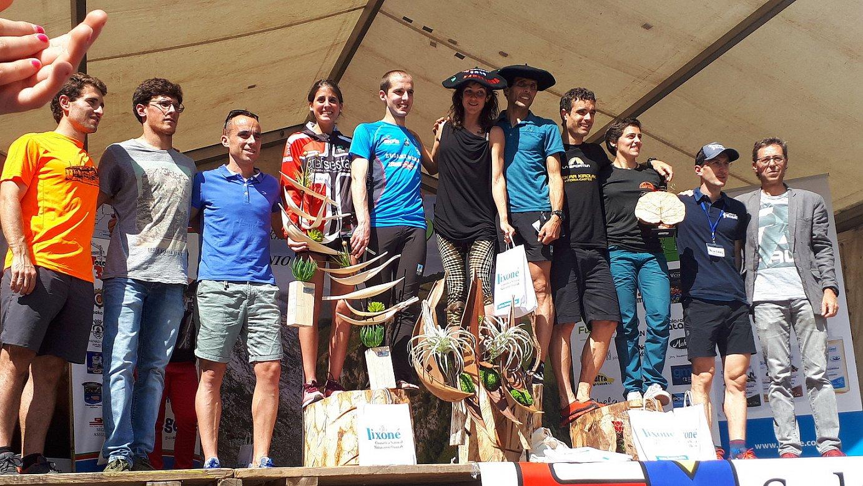 Amaia Amantegi eta Hassan Ait Chaou txapelarekin, lasterketa bukaerako podiumean.
