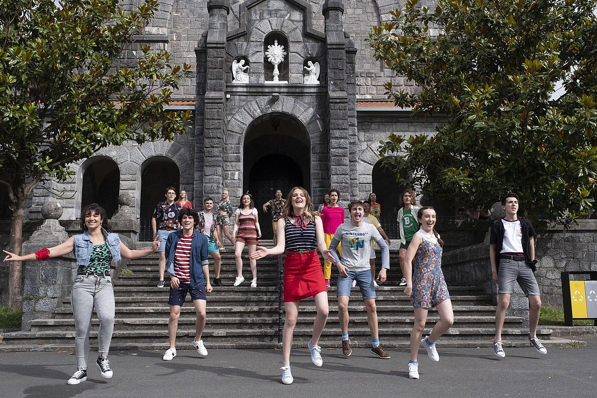 <em>Go!azen</em>-eko aktore berriak, atzo, Azpeitian; aurrean, erdian, Danae Riaño <em>Bago!az</em>-eko irabazlea. ©EITB