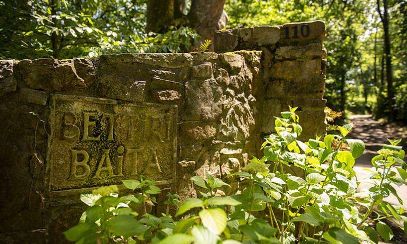 Bikotea hilda aurkitu zuten etxearen ingurua. Urruñako herrigunetik kanpo, Olheta auzorako bidean dago etxaldea. ©GUILLAUME FAUVEAU