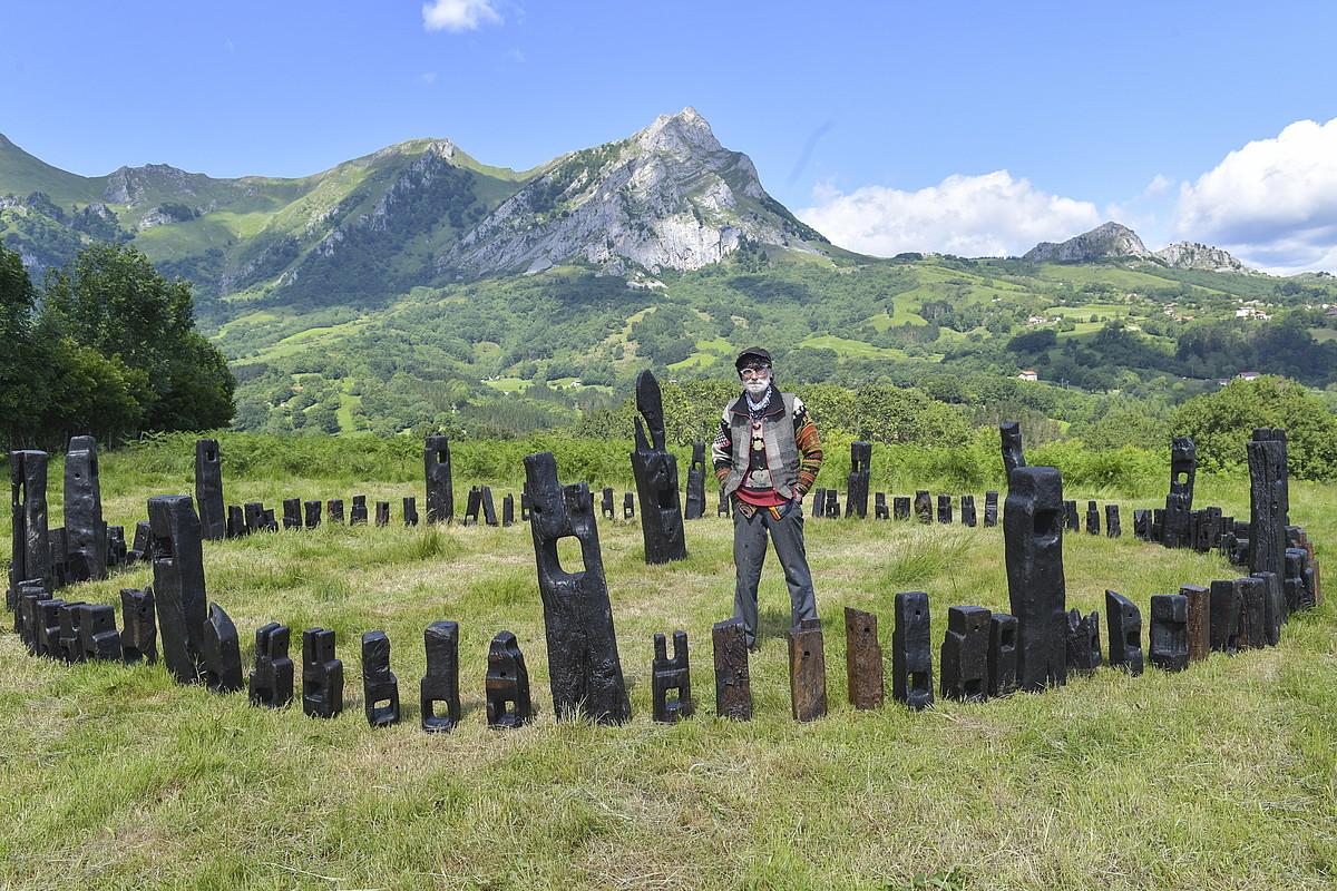 Juan Gorriti eskultoreak bi cromlech sortu ditu egurrezko ehunka piezarekin, eta Azkueko zelaietan jarri ditu ikusgai. ©IDOIA ZABALETA / FOKU