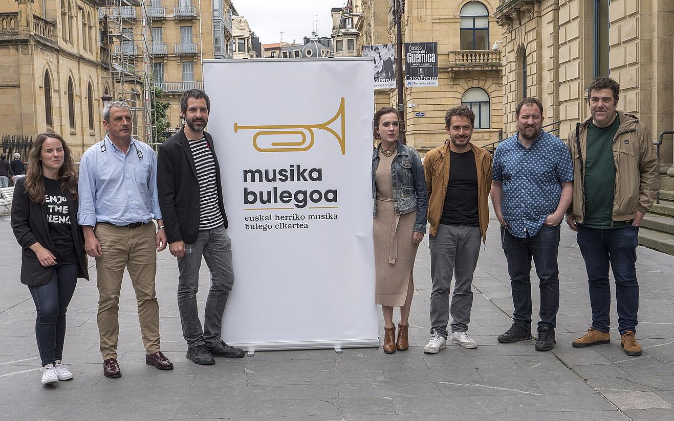 Euskal Herriko Musika Bulegoa elkarteko egituretatako hainbat ordezkari, atzo, Donostian. ©ANDONI CANELLADA / FOKU