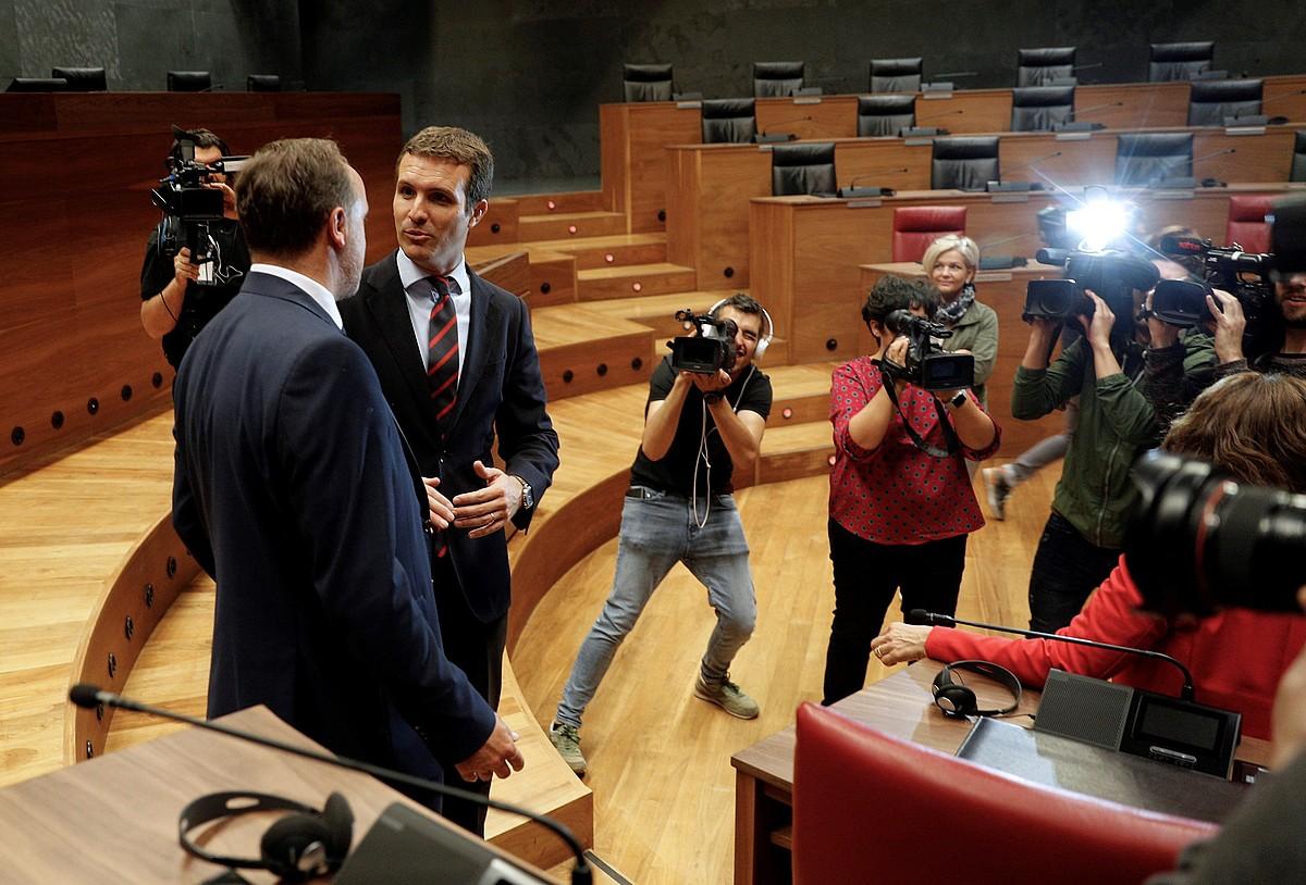 Javier Esparza eta Pablo Casado UPNko eta PPko presidenteak, atzo, Nafarroako Parlamentuan. ©VILLAR LOPEZ / EFE
