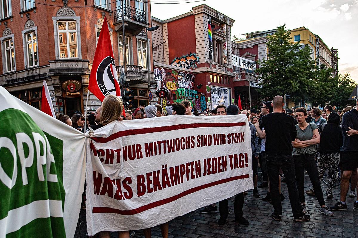 Hainbat antifaxistak joan den astelehenean Hanburgon egin zuten elkarretaratzea, Luebckeren hilketa eta eskuin muturraren indarkeria salatzeko. ©JONAS NOLDEN / EFE