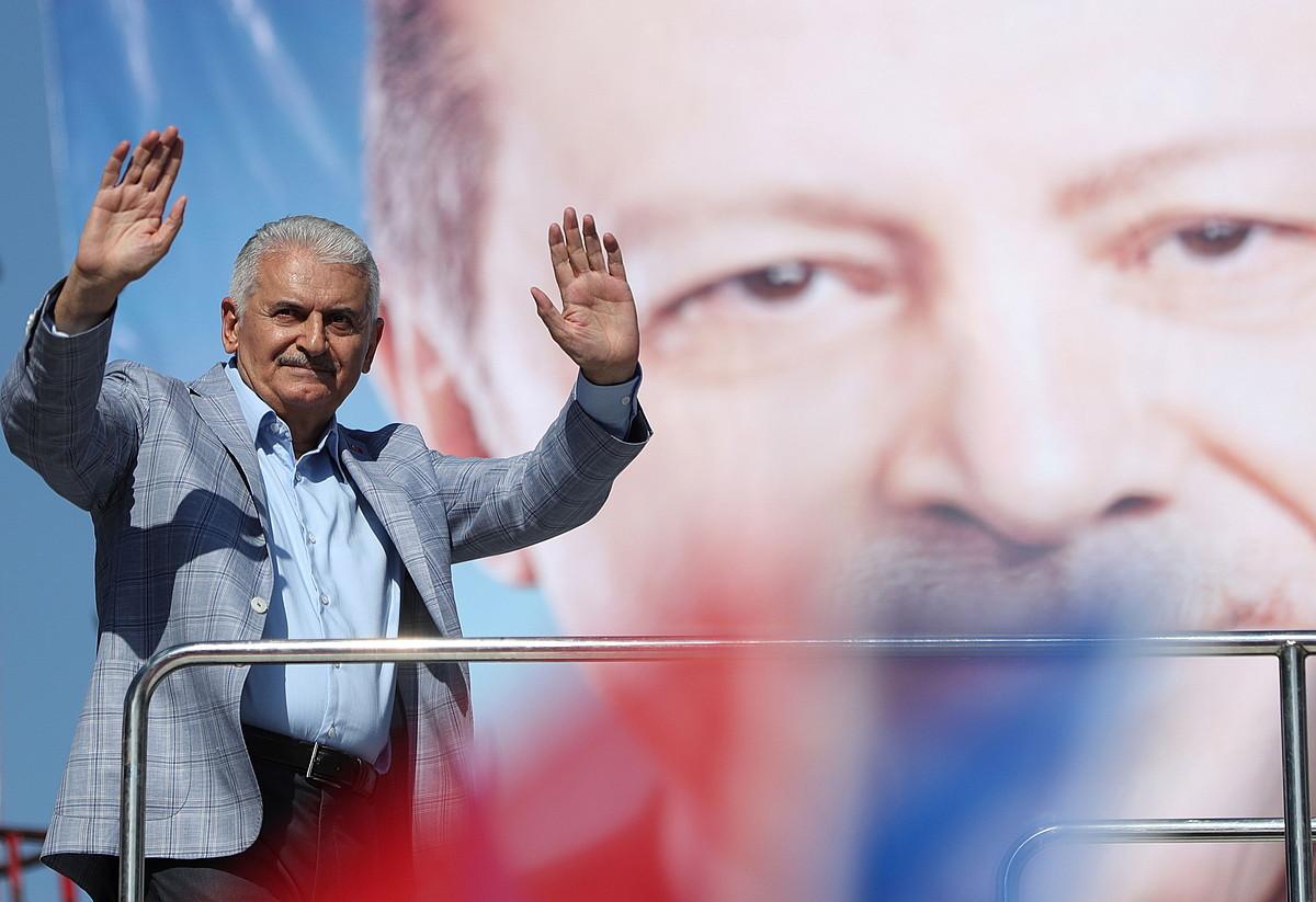 Binali Yildirim AKPko hautagaia, atzo, Erdoganen irudiarekin. ©ERDEM SAHIN / EFE