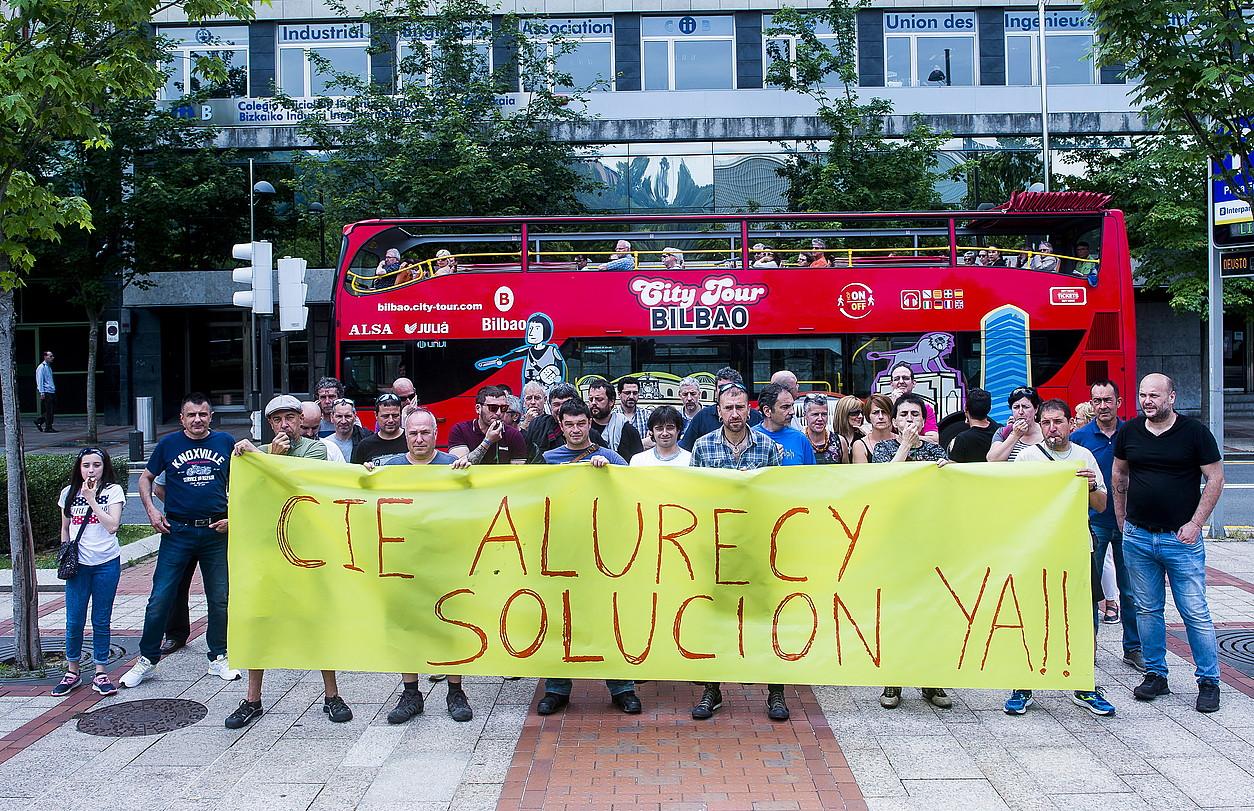 Elgetako Alurecy enpresako langileak, atzo, CIE Automotive taldearen aurrean protesta egiten.