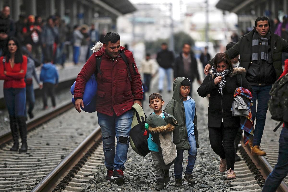 Errefuxiatu batzuk Atenasko tren geltokian, iragan apirilean. ©YANNIS KOLESIDIS / EFE