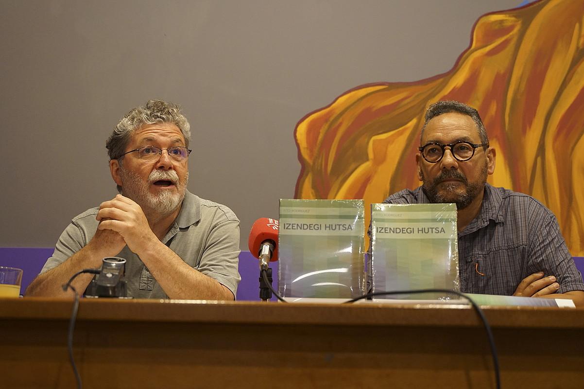 Koldo Izagirre eta Fito Rodriguez idazleak, atzo, Donostiako Pandora tabernan, Gros auzoan. ©GOTZON ARANBURU / FOKU