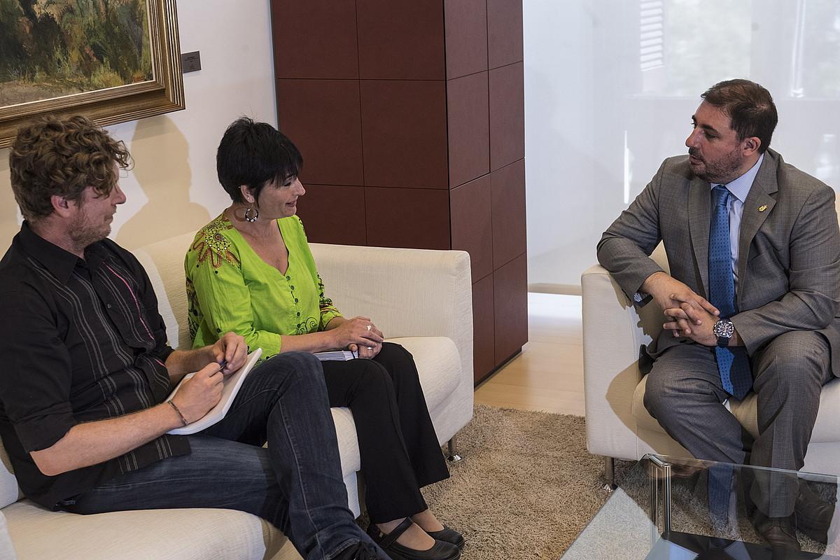 EH Bilduko Maiorga Ramirez eta Laura Aznal, atzo, Unai Hualde Nafarroako Parlamentuko lehendakariarekin. ©JAGOBA MANTEROLA / FOKU