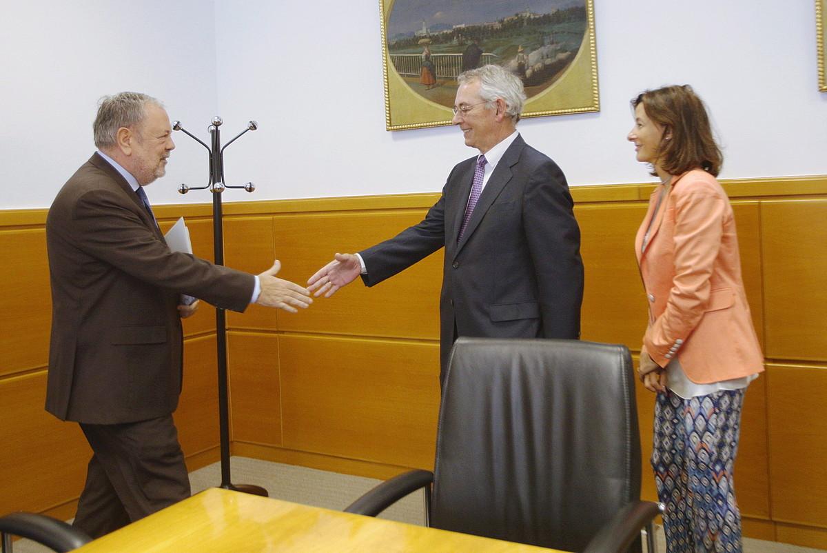 Anton Danborenea PPko legebiltzarkidea eta Pedro Azpiazu Ogasun sailburua, atzo, Gasteizen. ©ENDIKA PORTILLO / FOKU