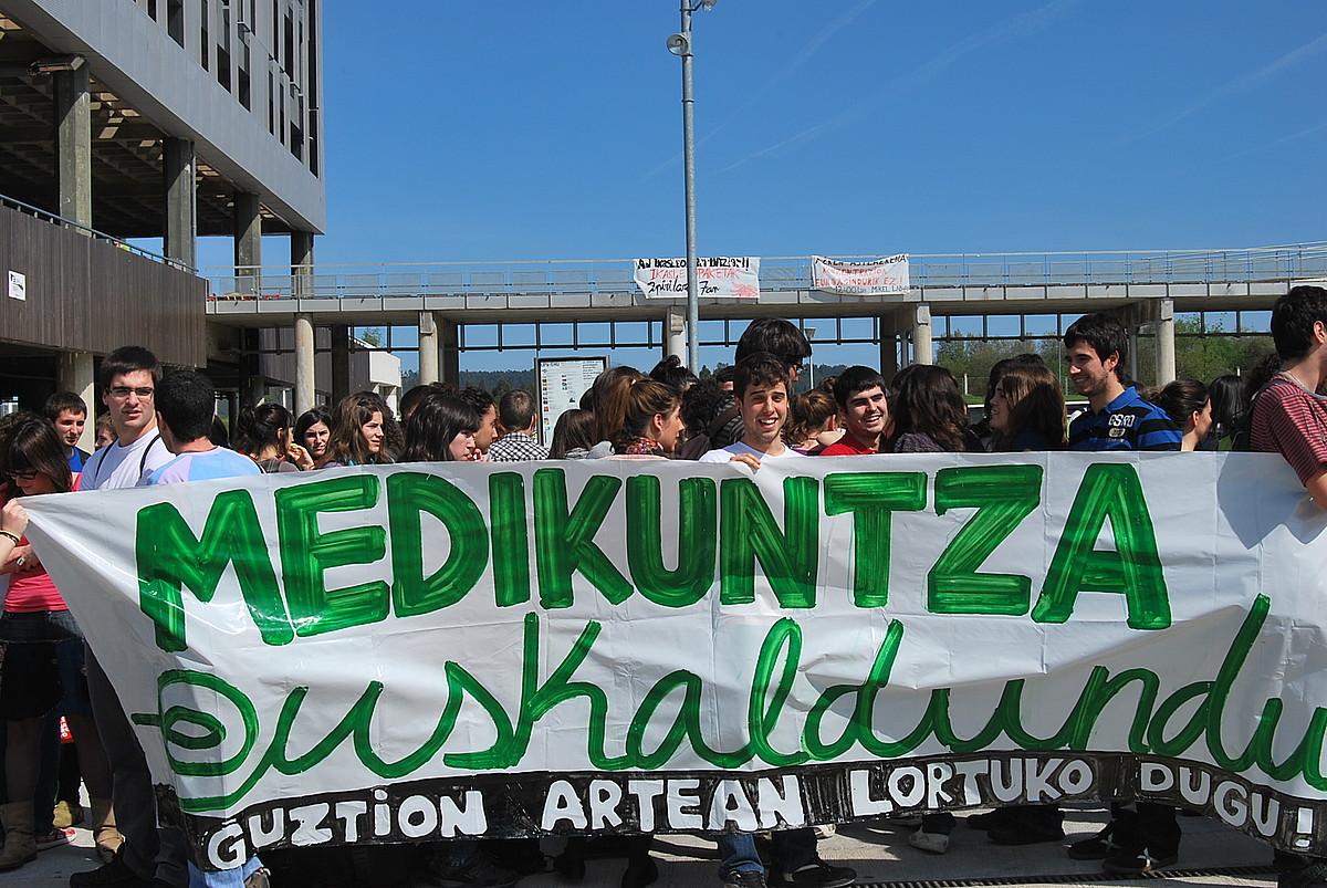 Medikuntza ikasketak eta zerbitzua euskalduntzea eskatzeko protesta, EHUren Leioako campusean.