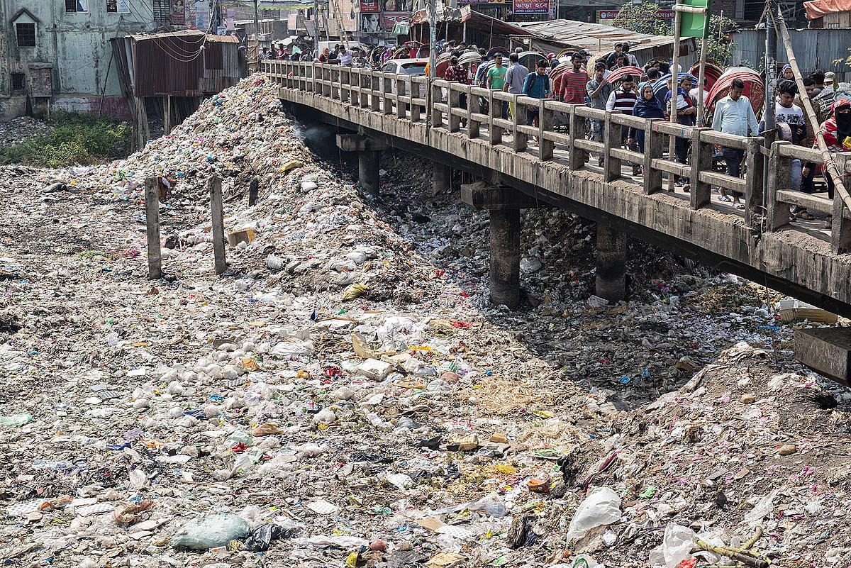 Plastiko hondakinez betetako ibai bat, Banglasheko Dhaka hiriburuan. ©ZIGOR ALDAMA