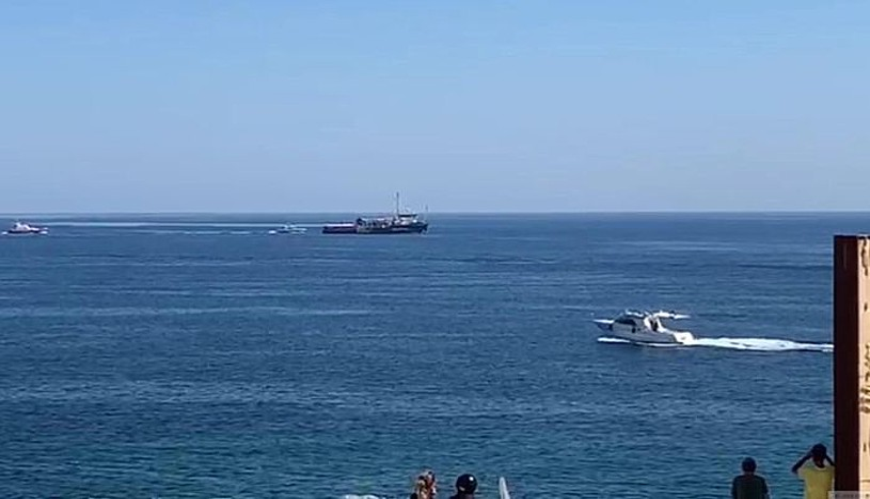 <em>Sea Watch 3</em> ontzia Italiako Lampedusa uhartera hurbiltzen, atzo. Mediterraneoan erreskatatu zituen 42 pertsona zeramatzan. ©ELIO DESIDERIO / EFE