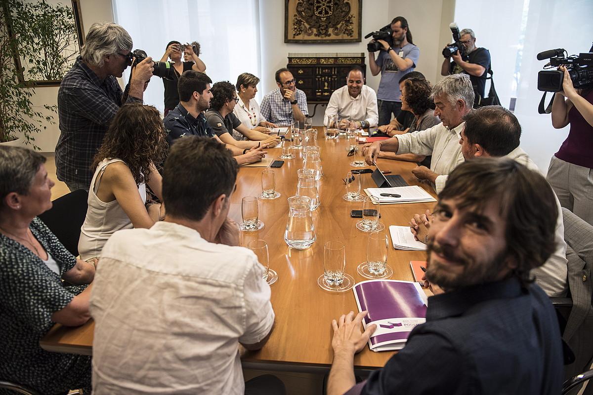 PSN, Geroa Bai, Ahal Dugu eta Ezkerrako ordezkariak, atzo, Iruñean, gobernu akordioa lantzeko bileran. ©JAGOBA MANTEROLA / FOKU