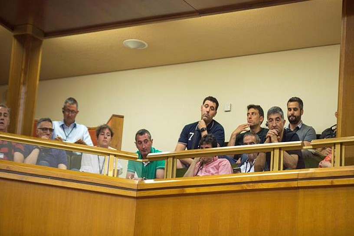 Ertzaintzaren hainbat sindikatutako ordezkariak, atzoko saioan. ©DAVID AGUILAR / EFE