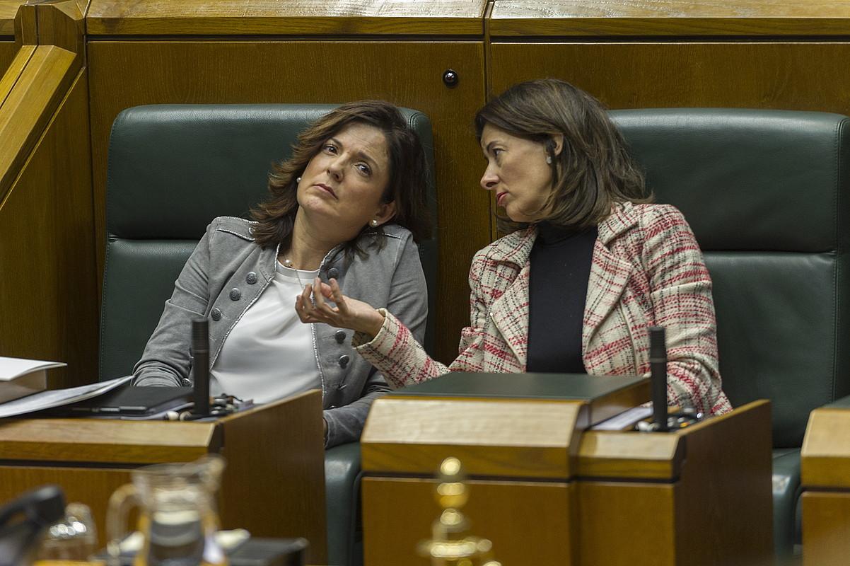 Beatriz Artolazabal Enplegu sailburua eta Laura Garrido, Eusko Legebiltzarrean artxiboko irudi batean. ©JUANAN RUIZ / FOKU