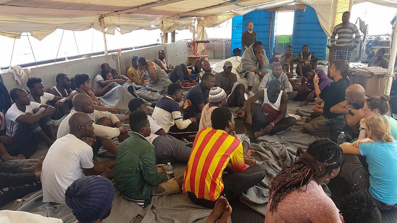 Itsasoan erreskatatutako migratzaileak <em>Sea Watch 3</em> ontzian, atzo, Italiako Lampedusa uharteko kostaren parean. ©TILL M. EGEN / EFE