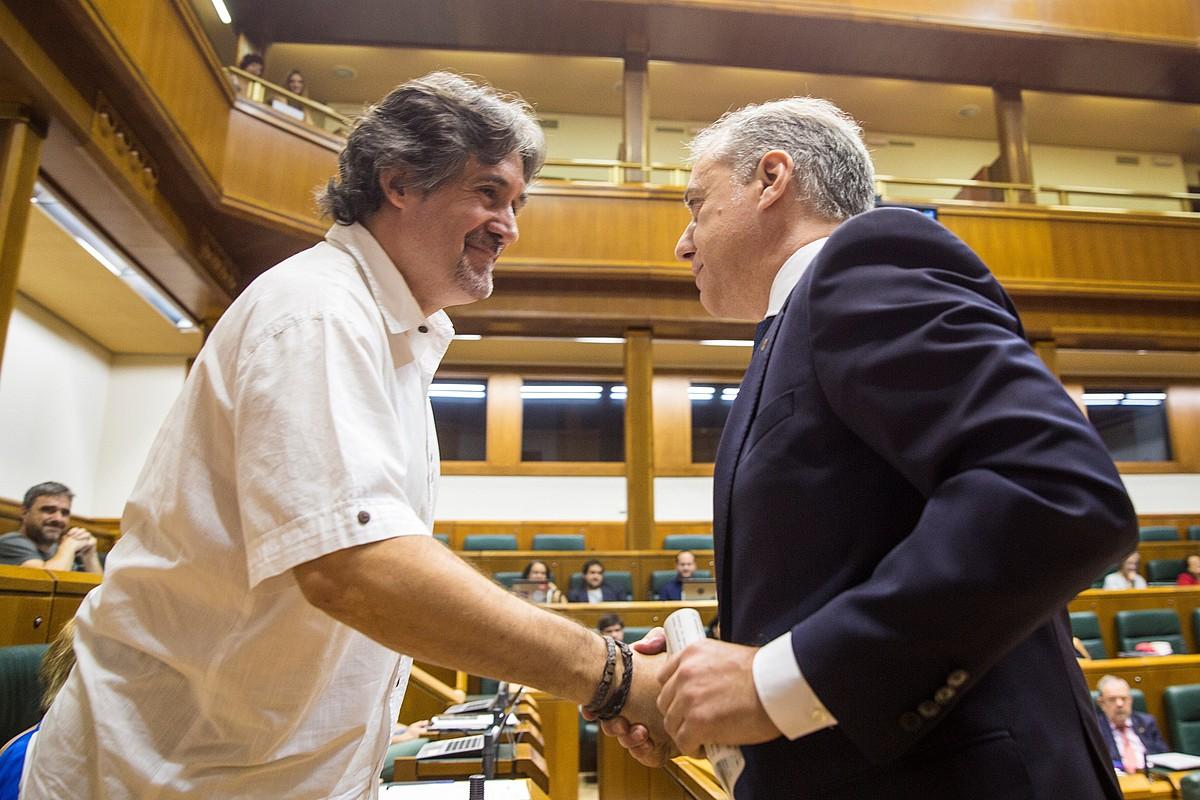 Pello Urizar EAko idazkari nagusi ohia, Eusko Legebiltzarrean Iñigo Urkullu EAEko lehendakaria agurtzen. ©D. AGUILAR / EFE