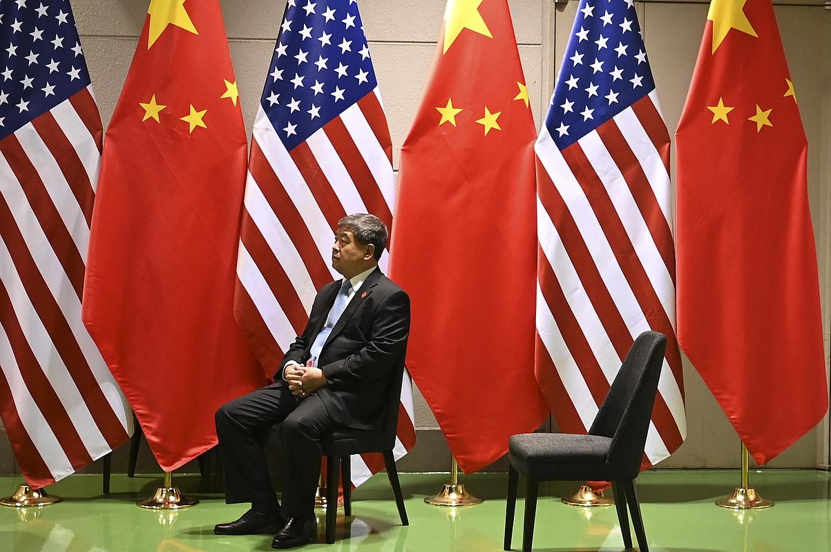 Funtzionario bat, Xi-Trump bilera amaitu zain, atzo, Osakan. ©LUKAS COCH / EFE