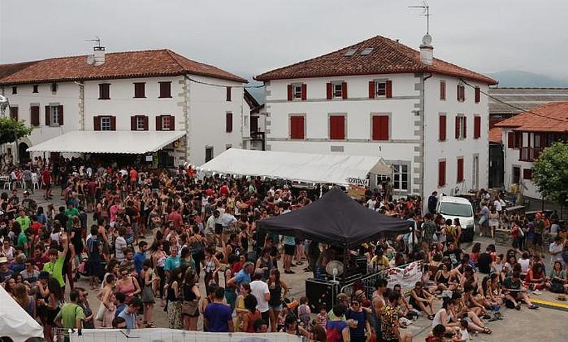 <b>Herriko plaza. </b>Batzuk gogoeta tailerretan zirelarik, frankok baliatu zuten aro ona plazaren giroan. ©IÑAKI ETXELEKU