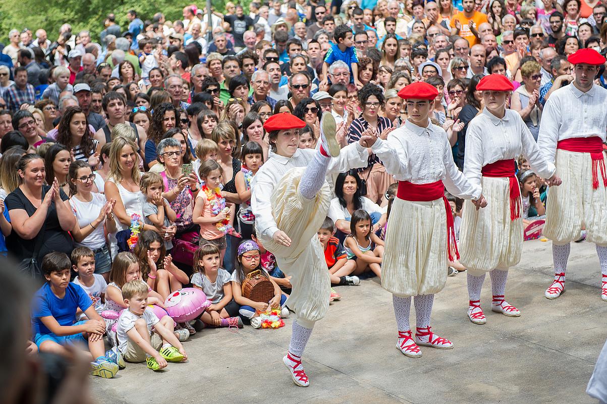 2015. urtean egin zuten emakumeek ezpata dantza aurrenekoz. ©JUAN CARLOS RUIZ / FOKU