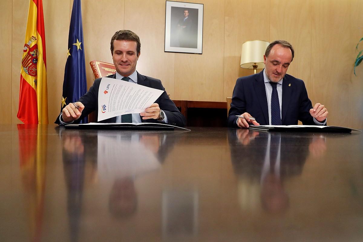 Pablo Casado PPko presidentea eta Javier Esparza Navarra Sumako lehendakarigaia, atzo, adierazpena izenpetu zutenean. ©JUAN CARLOS HIDALGO / EFE