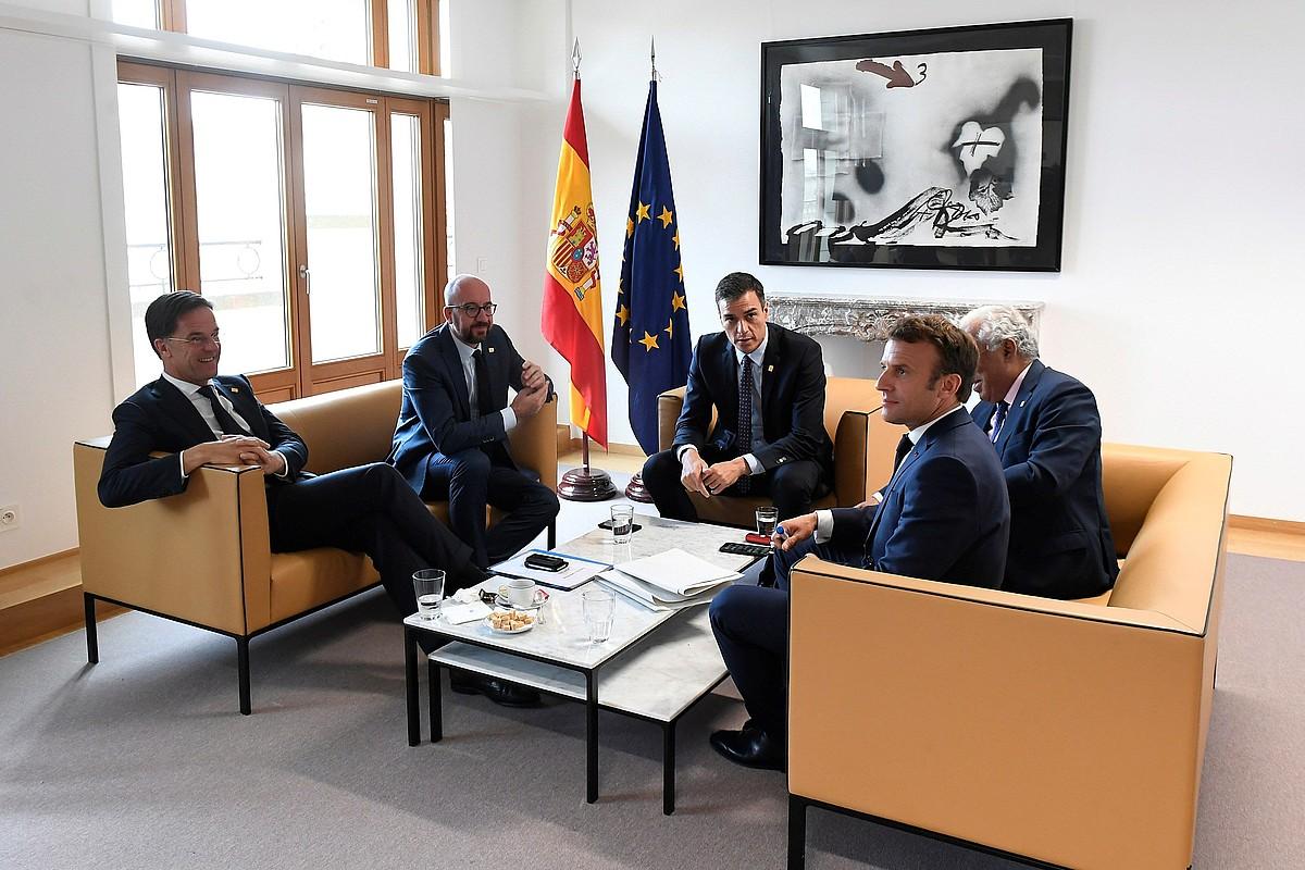 Rutte, Michel, Sanchez, Costa eta Macron, atzo, hautagaiak negoziatu aurretik egindako bilera batean. ©MONCLOA / EFE