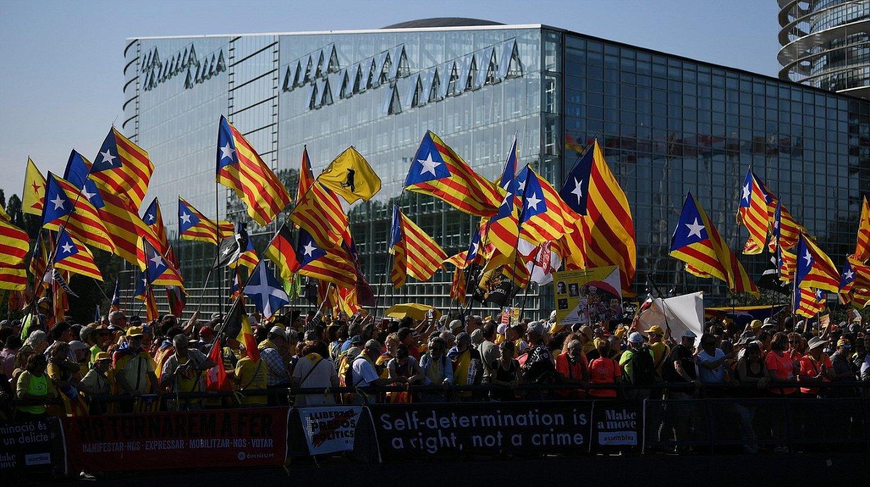 Milaka independentista katalanek egin zuten protesta Europako Parlamentuaren aurrean, Estrasburgon, atzo goizean. ©PATRICK SEEGER / EFE