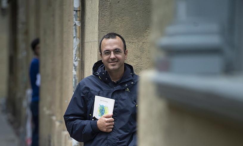 Jon Gerediaga idazlea, atzo, Donostiako Parte Zaharrean. ©JON URBE / FOKU