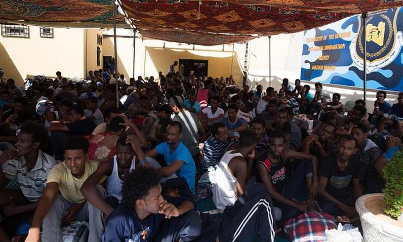 Europara iristea helburu duten migratzaileak, Tripoliko atxilotze gune batean. ©STR / EFE