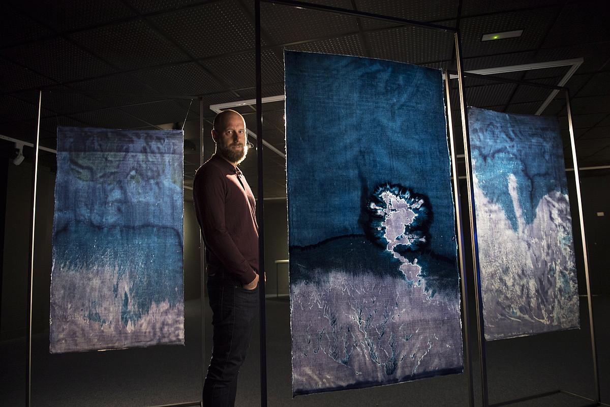 Jon Cazenave argazkilaria, zianotipiarekin <em>washi</em> paperaren gainean egin dituen lan batzuen artean, Donostiako Aquariumean. ©JUAN CARLOS RUIZ / FOKU
