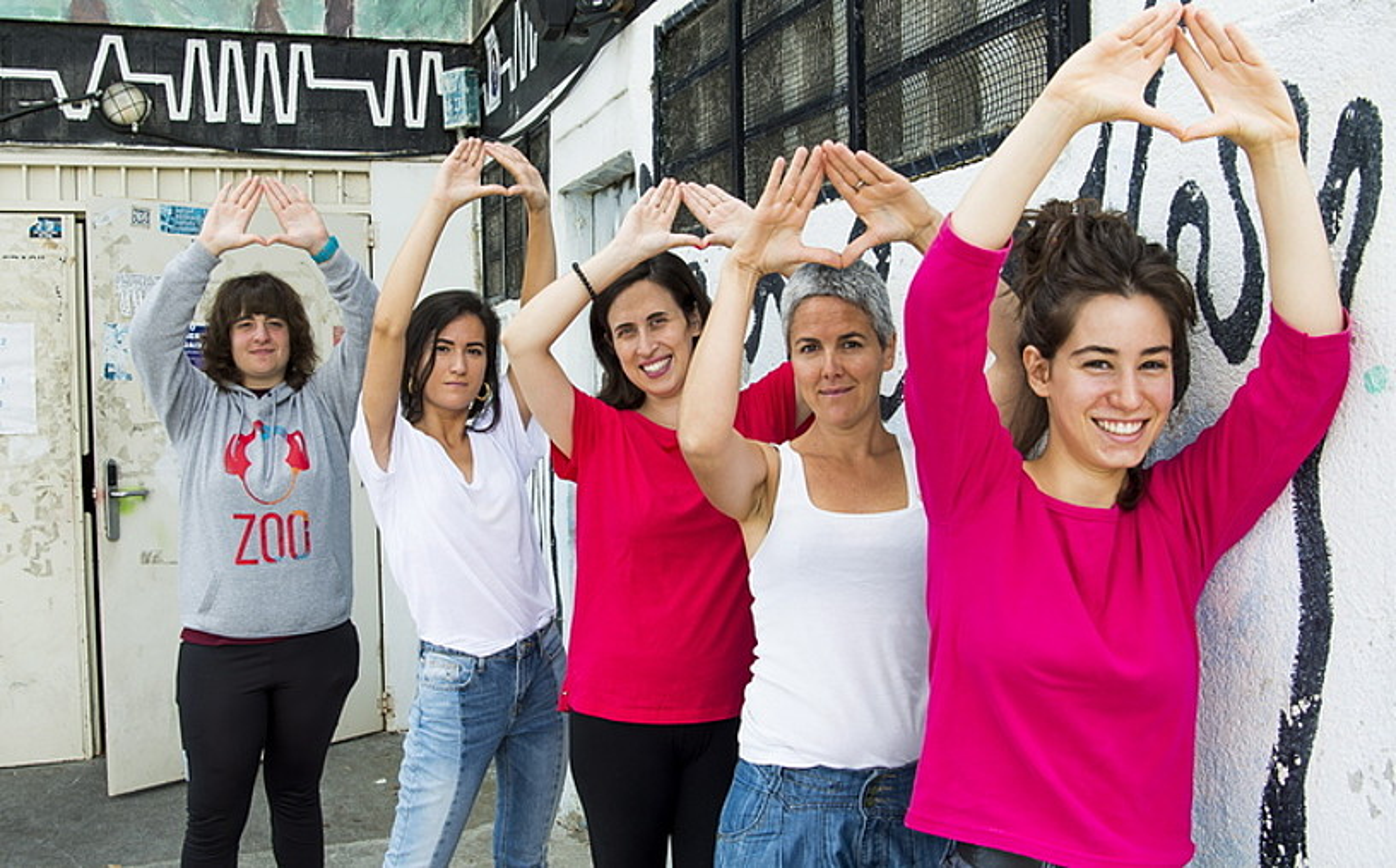Dominika talde feministako kideak, atzo, Zaldibarren. ©LUIS JAUREGIALTZO / FOKU