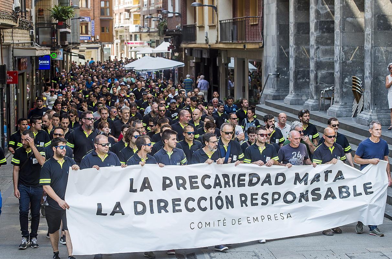 Manifestazioa egin zuten atzo Laudion, fabrikatik herriko plazara, protesta gisara. ©LUIS JAUREGIALTZO / FOKU