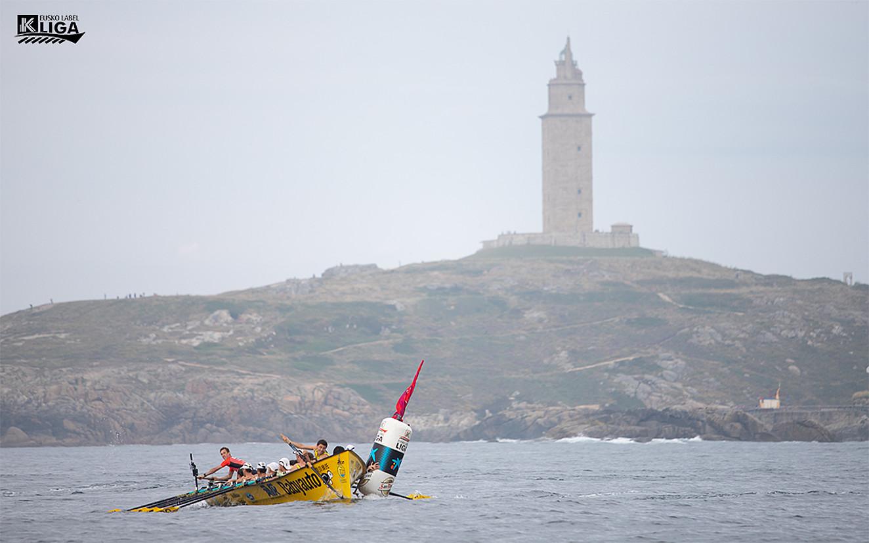 Orioko trainerua, ahalegin betean, atzo, Coruñan jokatutako Eusko Label ligako estropadan. ©EUSKO LABEL LIGA