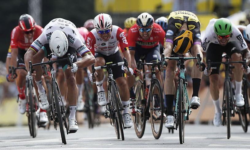 Peter Sagan eta Mike Teunissen, orpoz orpoz, atzo, Bruselan amaitu zen Frantziako Tourreko lehenbiziko etaparen helmugan. ©YOAN VALAT / EFE