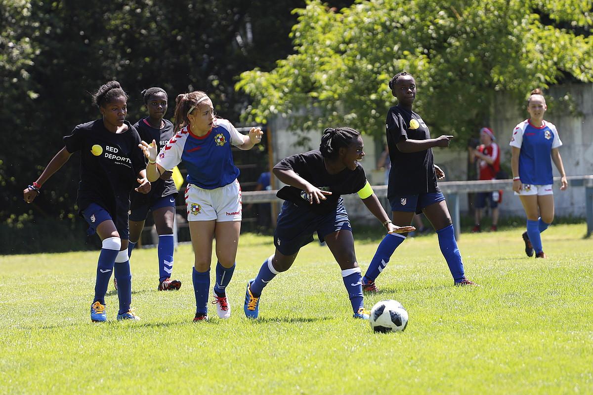 Joan den urteko Donosti Cupeko irudi bat: Zambiako City Strikers taldea, Oiartzun taldearen aurka.