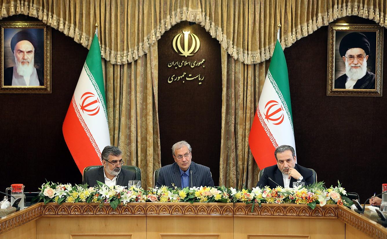 Irango Gobernuko ordezkariak —ezkerrean, Kamalvandi—, igandeko prentsaurrekoan, Teheranen. ©HAMED MALEKPOUR / EFE