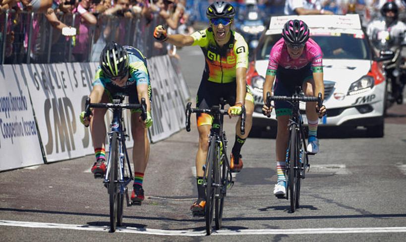 Nadia Quagliotto besoa altxatuta helmugan sartzen, baina Letizia Borghesik, haren ezkerretara, irabazi zuen etapa. ©BERRIA