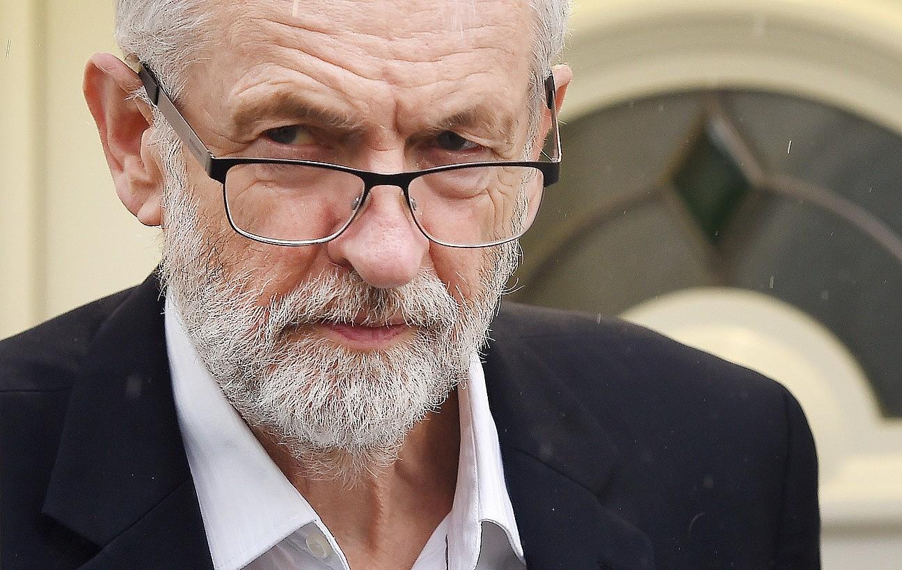 Jeremy Corbyn laboristen buruzagia Londresko bere etxetik ateratzen, artxiboko irudi batean.