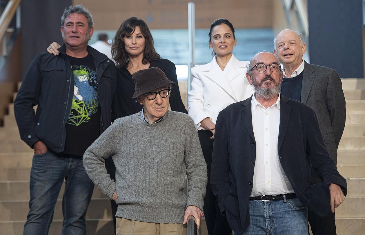 Woody Allen (behean, kapelarekin), film berrian ariko diren aktoreekin eta lanaren ekoizlearekin, atzo, Donostiako Kursaalean. ©JON URBE / FOKU