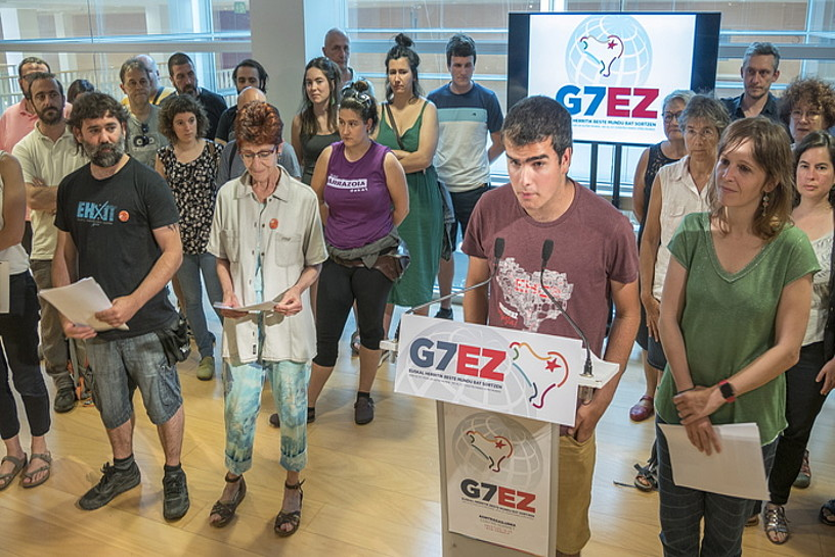 Atzo, G7 Ez eta Alternative G7 plataformekagerraldi bat egin zuten Irungo Ficoban,abuztuaren 19tik 24ra bitarte Irunen etaHendaian egingo duten kontragailurrarenberri emateko. / ANDONI CANELLADA / FOKU