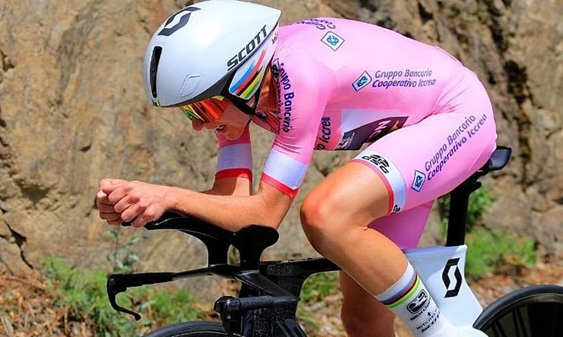 Annemiek van Vleuten, jarrera aerodinamikoan eta ahalegin betean, atzoko erlojupekoan. ©BERRIA