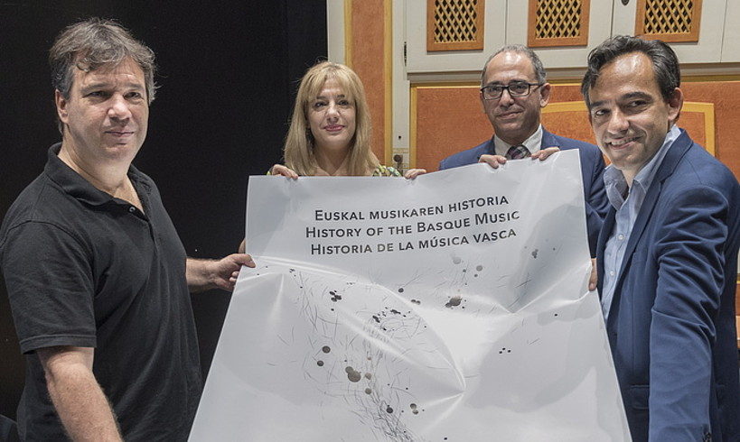 Atzo aurkeztu zuten euskal musikaren historia laburbiltzen duen liburua, Donostian. ©ANDONI CANELLADA / FOKU