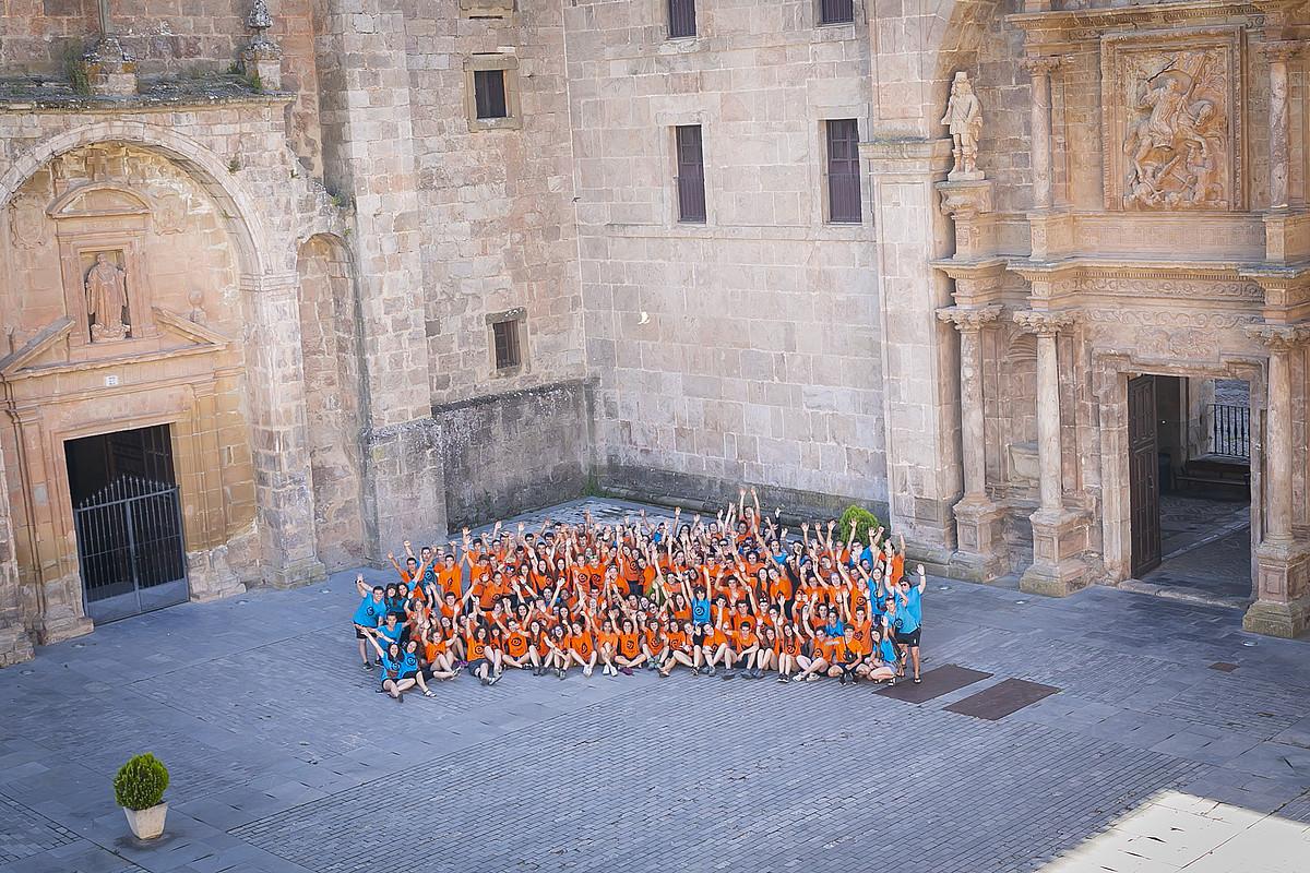 Donemiliaga Kukulako (Espainia) Yusoko monasterioan atseden eguna eduki zuten atzo espedizioko gazteek. ©MIRIAN ALONSO / EUSKARABENTURA