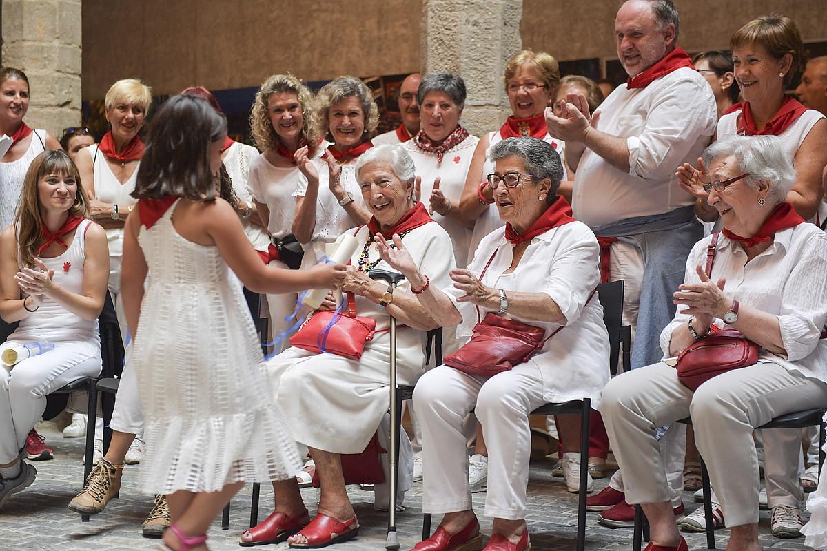 Bronce peñaren Festa saria jaso duten dantzariak, atzo, Kondestablearen jauregian. ©IDOIA ZABALETA / FOKU