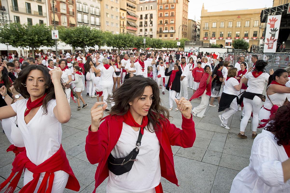 Egunero euskal dantzak egiten dituzte Gazteluko plazan.