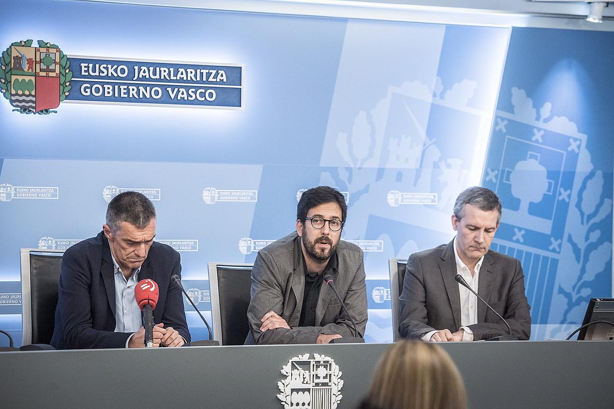 Jonan Fernandez, Gorka Urrutia eta Jose Ramon Intxaurbe, atzo, txostenaren aurkezpenean. / GORKA RUBIO / FOKU