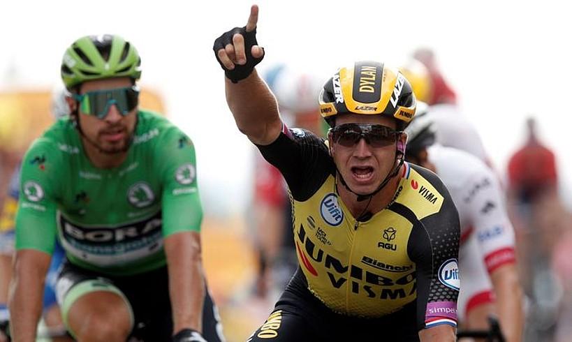 Dylan Groenewegen, eskuin eskuko hatz erakuslea altxatuta, atzoko etapako esprinta irabazi ondoren. ©YOAN VALAT/ EFE