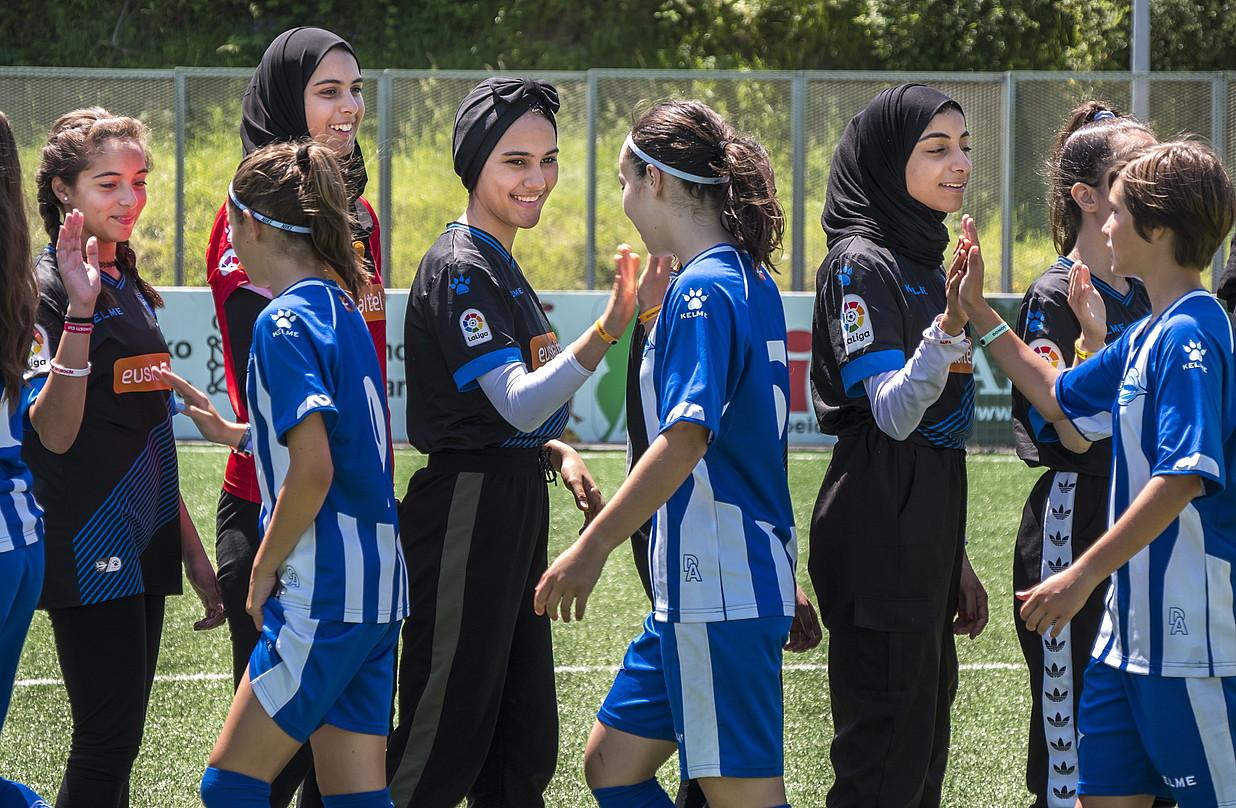 <b>Not to Forget Jenin Camp. </b>Palestinako nesken taldea, Alaves taldearen aurkako partida hasi baino lehen.