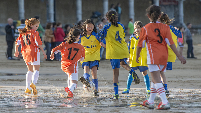 Neskak hondartzako futbolean jokatzen. ©GORKA RBIO / FOKU