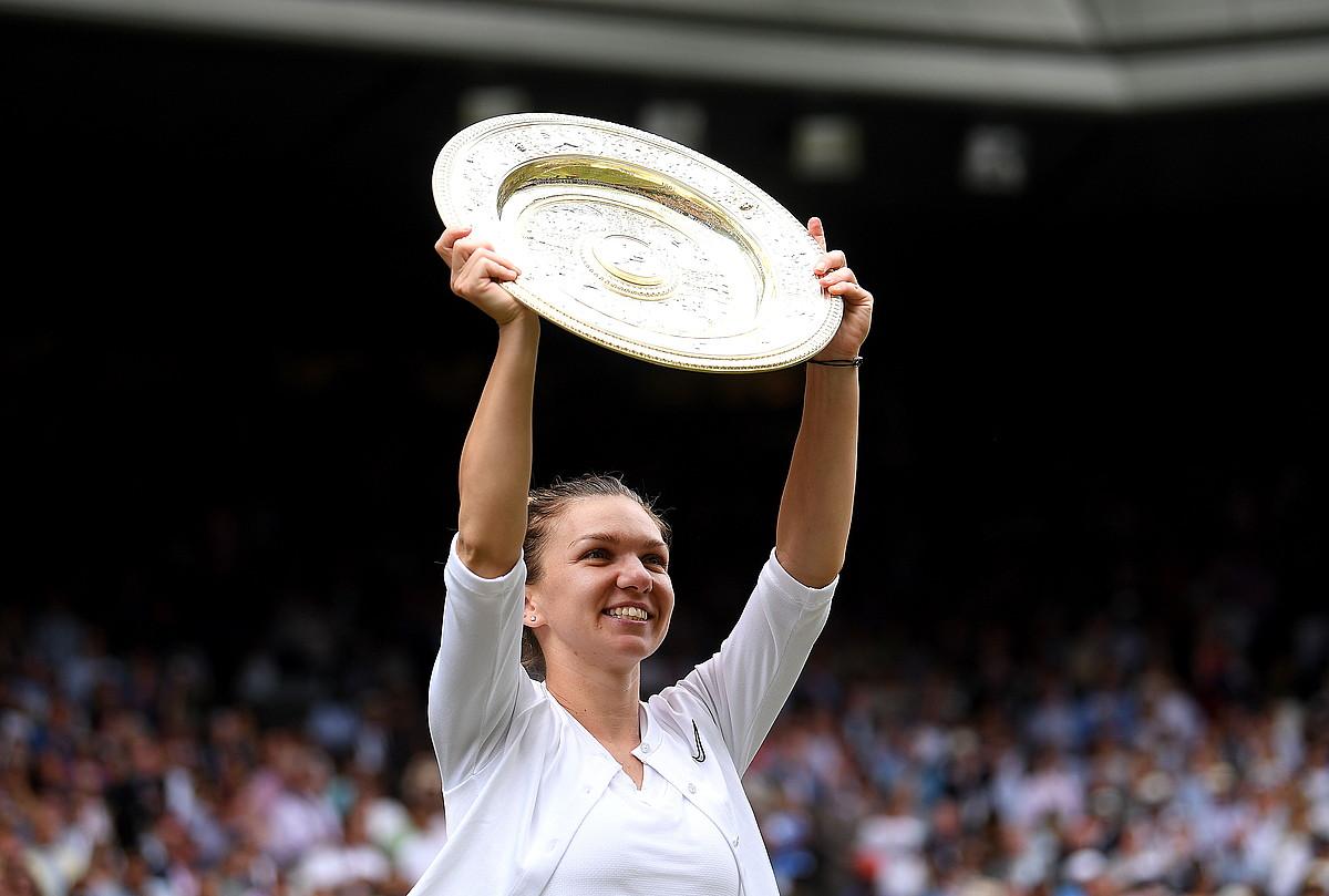 Simona Halep, Wimbledon irabazten duen tenislariari ematen dioten garaikurrarekin, atzo. ©LAURENCE GRIFFITHS / EFE